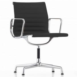 Krzesło biurowe Replica Aluminium EA103 firmy <span class='notranslate' data-dgexclude>Charles & Ray Eames</span> .