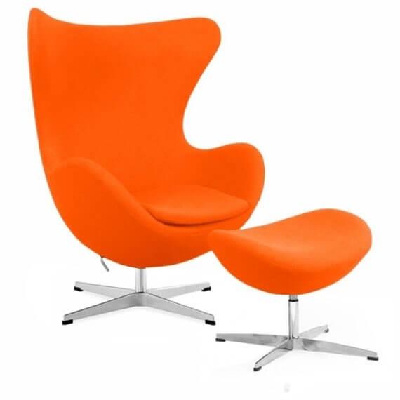 Replika krzesła jajko z podnóżkiem autorstwa projektanta Arne Jacobsen